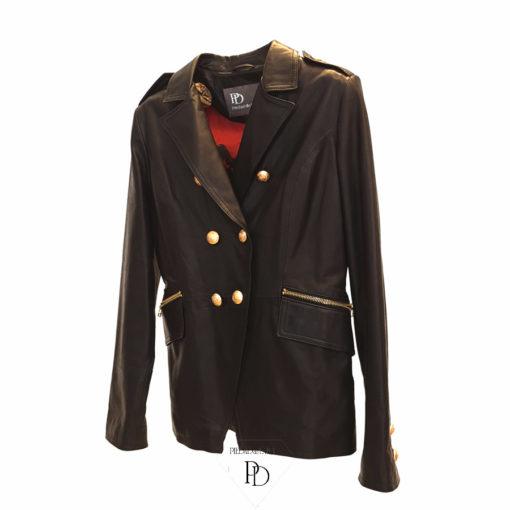 chaqueta de piel en color negro estilo militar